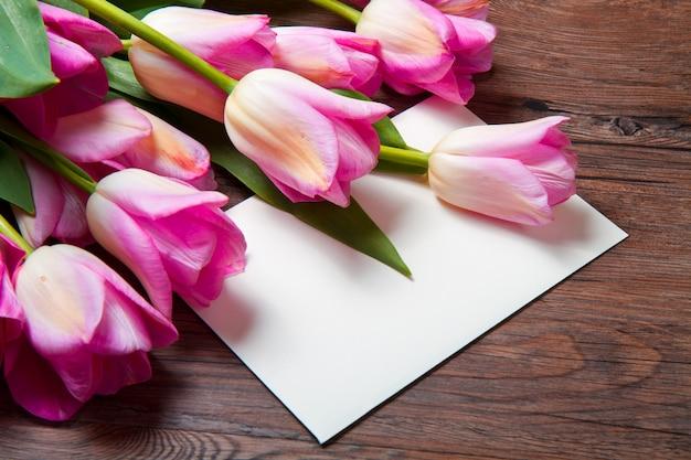 Roze tulpen en kaart