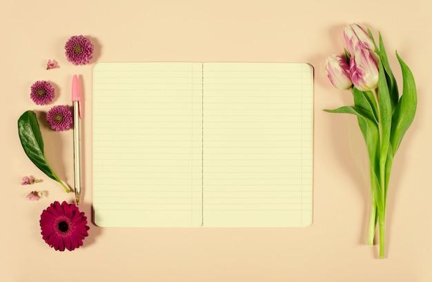 Roze tulpen en notebook