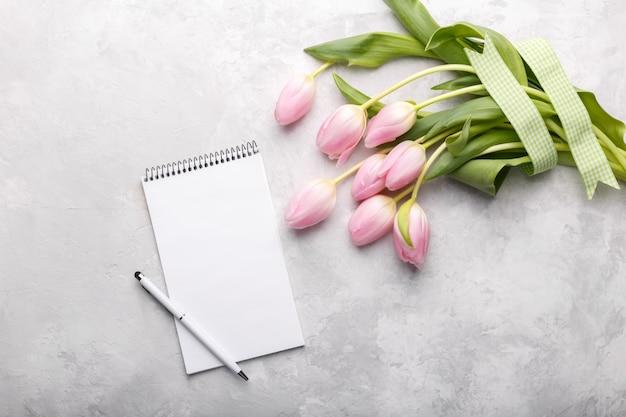 Roze tulpen en notitieblok