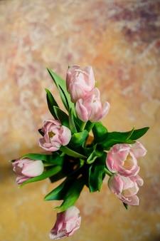 Roze tulpen. felicitatie, lentevakantie, verjaardag. lente bloemen. positie met verse bloemen