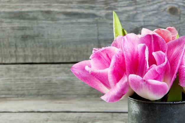 Roze tulpen in vintage metalen beker