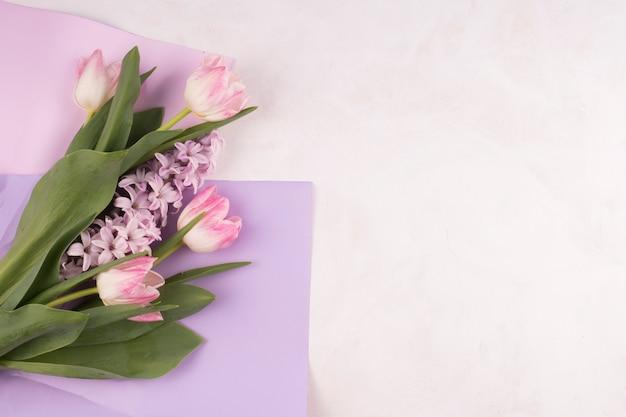 Roze tulpen met bloemen op papier