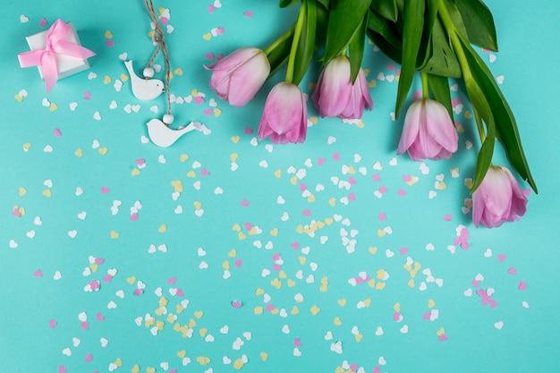Roze tulpen met kleine vogels en geschenkdoos