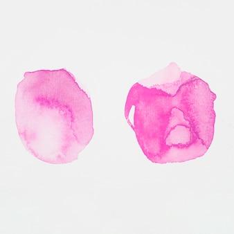 Roze verf in de vorm van cirkels op wit papier