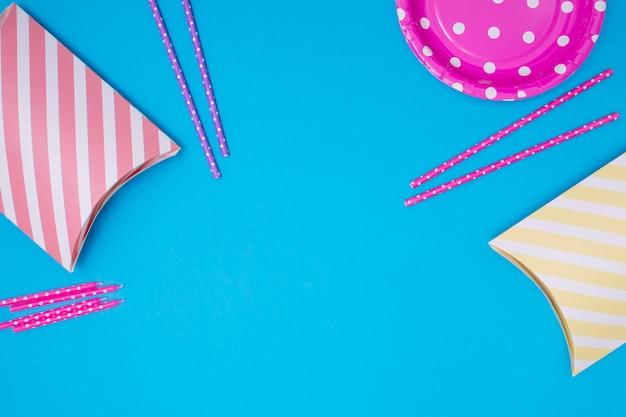 Roze verjaardag items met kopie ruimte