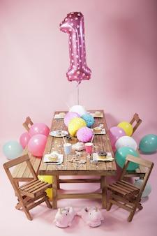 Roze verjaardagsfeestje decoratie. donuts en zoet eten voor kinderen.