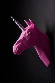 Roze verzadigde geometrische eenhoornskop.