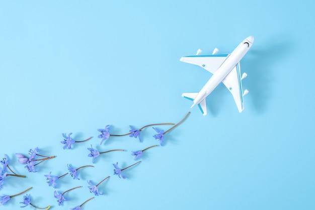 Roze vliegtuig neemt een scherpe bocht op blauwe achtergrond