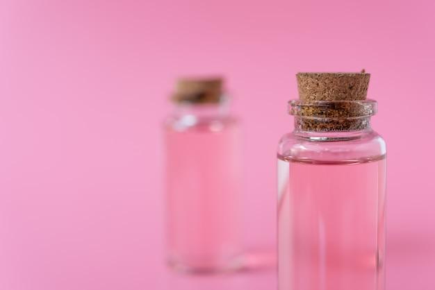 Roze vloeibare fles op roze