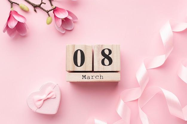 Roze vrouwelijke elementen met 8 maart-letters