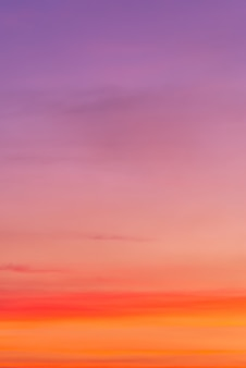 Roze wolk en roze licht van de zon door de wolken (gradiëntkleur) met exemplaarruimte