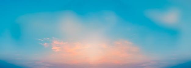 Roze wolken in blauwe heldere luchten op een zomeravond kalme rustige zachte wolken breed panorama