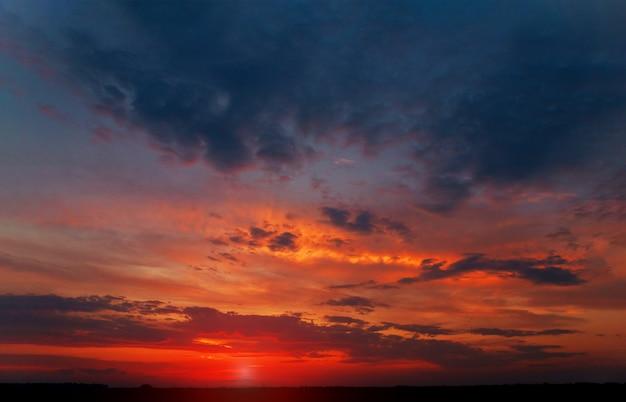 Roze wolkenmengeling in de blauwe hemelwolken bij zonsondergang.