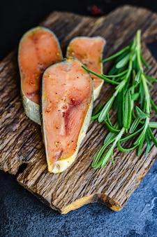 Roze zalm rauw biefstuk stuk zeevruchten vis natuurlijk product