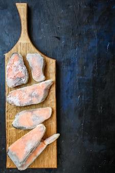 Roze zalm steak bevroren rauwe vis zeevruchten