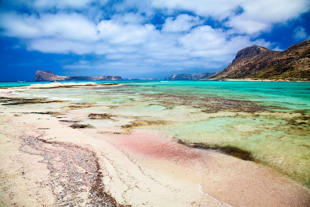 Roze zand en turkoois blauw water