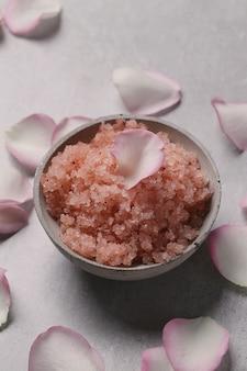 Roze zeezout en rozenblaadjes. cosmetologie en spa