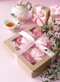 Roze zelfgemaakte marshmallows van bessen in een geschenkdoos