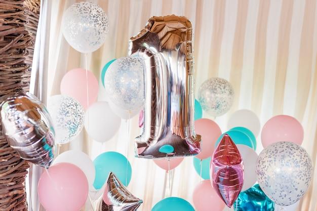 Roze, zilveren en blauwe opblaasbare ballonnen op linten