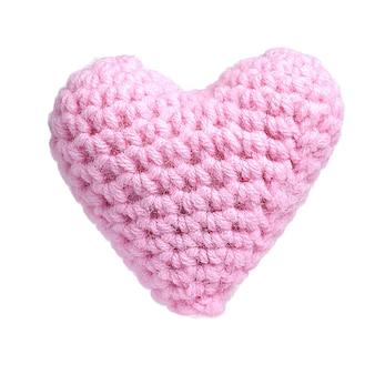 Roze zoete hart gehaakte brei van garen geïsoleerd op een witte achtergrond