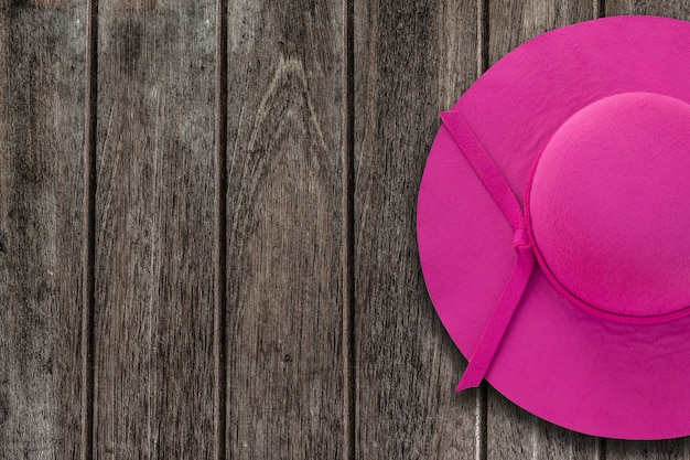 Roze zomer hoed op houten tafel