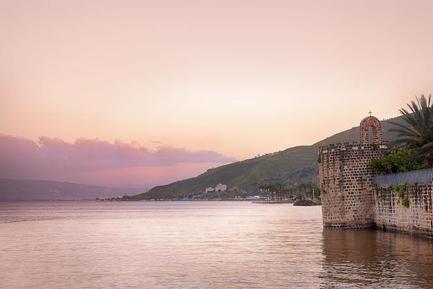 Roze zonsondergang aan de oever van lake kineret