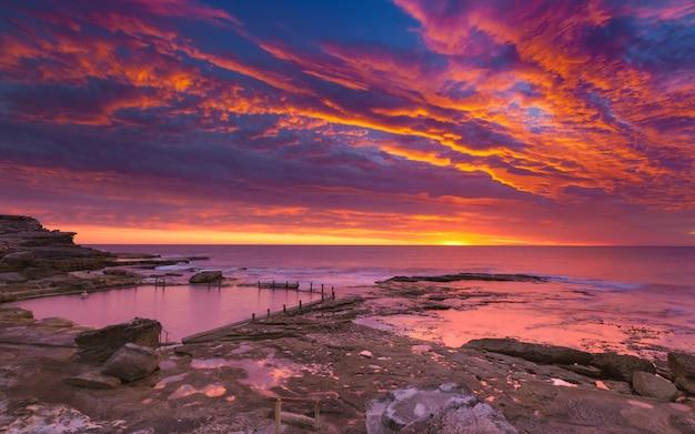 Roze zonsondergang en hemel