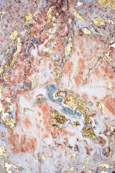Rozeachtig en goud geweven marmer