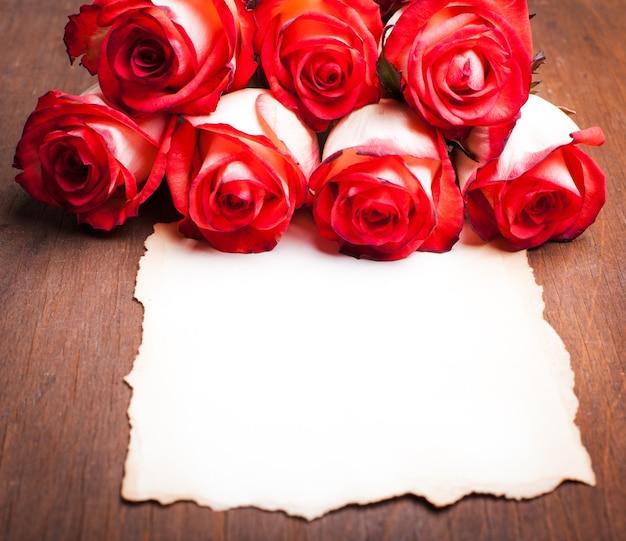 Rozen en blanco haveloze kaart op tafel