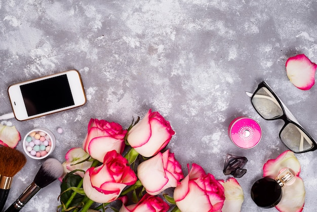 Rozen en decoratieve cosmetica als kader