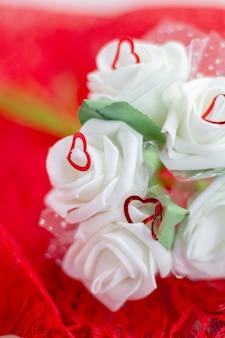 Rozen en een hart op een witte achtergrond, valentijnsdag achtergrond, trouwdag