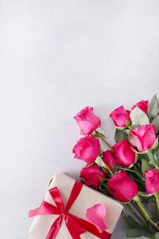 Rozen en geschenkdoos voor saint valentine dag