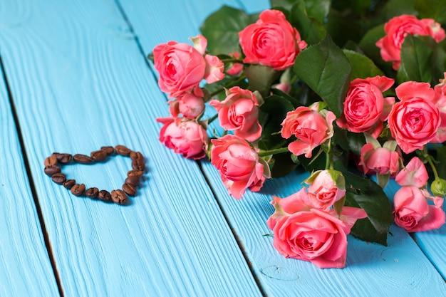 Rozen en hart op een houten achtergrond