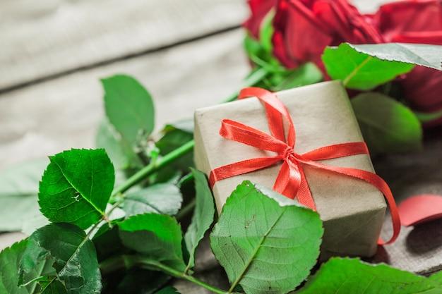 Rozen en harten op een houten bord, valentijnsdag