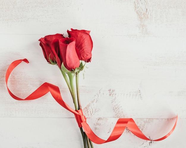 Rozen met rode stropdas en kopieer ruimte