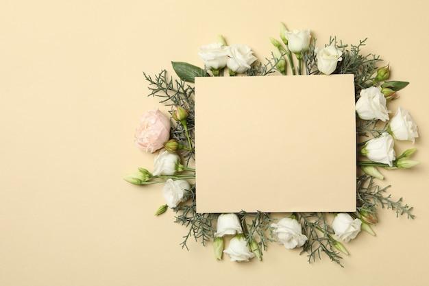 Rozen, thuja takken en ruimte voor tekst op beige achtergrond