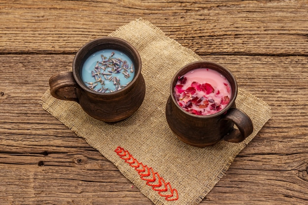 Rozenblaadjes en lavendel lattes op zak