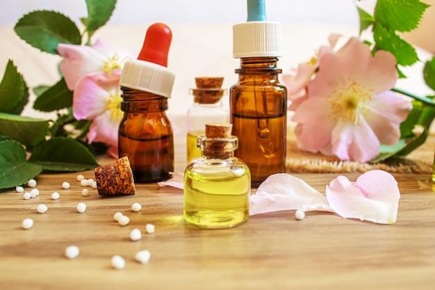 Rozenbottelextract in flessen. homeopathie. selectieve focusnatuur