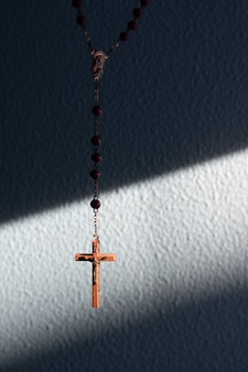 Rozenkrans kruis verlicht door de zon