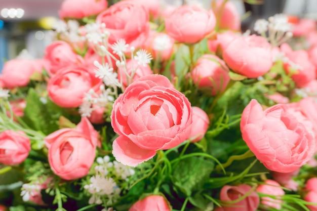 Rozenroze bloemen versieren in een mandje, ingericht huis met prachtige bloemen.
