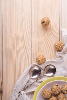 Rozijnen amandel honing bliss ballen. zelfgemaakte gezonde rauwe energie zoete ballen - vegetarische desserts.