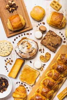 Rozijnen en noten dichtbij vers gebakje