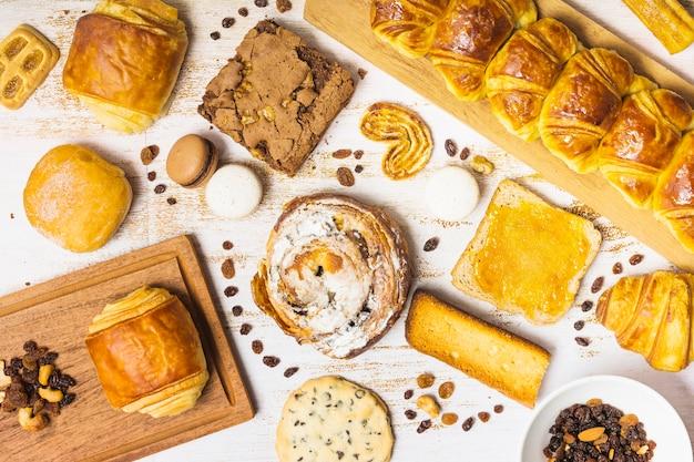 Rozijnen en noten temidden van gebak