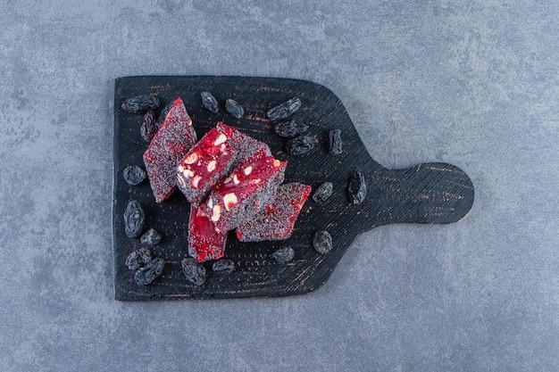 Rozijnen en turkse lekkernijen in een snede, op het marmeren oppervlak