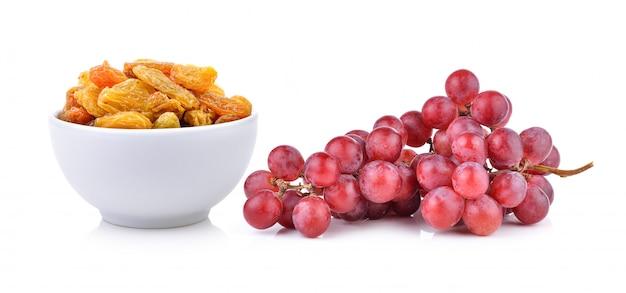 Rozijnen in de witte kom en geïsoleerde druif