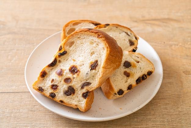 Rozijnenbrood met koffiekopje als ontbijt