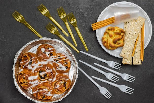 Rozijnenbroodjes in ovenschaal. broodje en knäckebröd in plastic wegwerpbord.