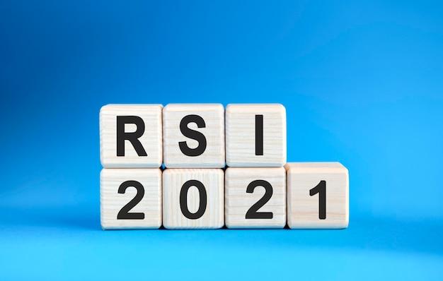 Rsi 2021 jaar op houten kubussen op een blauwe achtergrond.