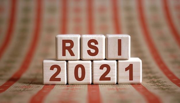 Rsi 2021 tekst op houten kubussen op een monochrome achtergrond met reflectie.