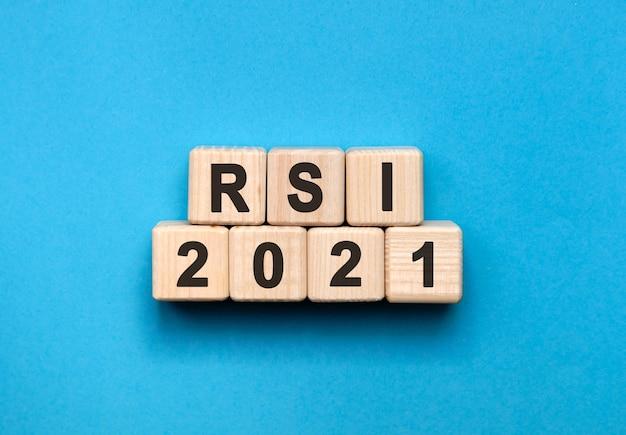 Rsi - tekstconcept op houten kubussen met blauwe achtergrond met kleurovergang